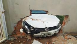 Guarda Municipal prende condutor embriagado após colidir carro em muro