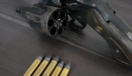 Arma de fogo é apreendida pela PC e GM após homem quebrar objetos em residência