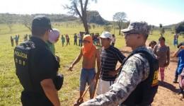 Em conflito por terras, indígenas ateiam fogo em fazenda e atiram na viatura policial