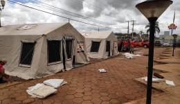 Bombeiro e Defesa Civil instalam barracas para atender doentes do novo vírus em Dourados
