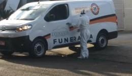 Transporte corpo de 1ª vítima por covid-19 tem forte aparato de proteção