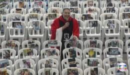 Padre Marcelo Rossi celebra missa com fotos de profissionais de saúde coladas em cadeiras vazias