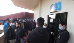Comerciantes 'ocupam' prefeitura contra decreto que fecha bares e restaurantes