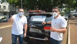 Alan Guedes realiza 'adesivaço' na praça Antônio João