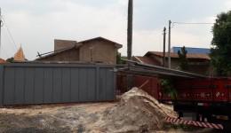 Homem contrata falso frete para furtar tubos de ferro em obra.