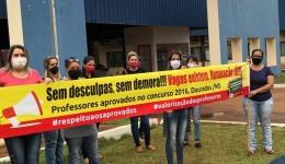 Professores aprovados, mas não convocados, manifestam em frente à prefeitura