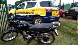 Jovem é preso pela Guarda Municipal com motocicleta furtada.