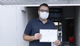 Alan Guedes recebe diploma de prefeito eleito em casa