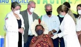 Médico e mulheres de 83 e 92 anos são os primeiros vacinados