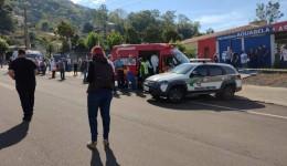 Adolescente invade escola e mata 3 crianças e uma professora