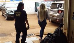 Jovem é presa com submetralhadora, drogas e veículo clonado em Dourados