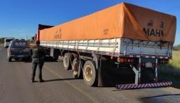 Carreta que seguia para São Paulo com 40 mil pacotes de cigarros do Paraguai foi apreendida pelo DOF durante a Operação