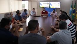 Alan Guedes sanciona lei para buscar recursos internacionais