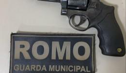 Jovem é preso com revólver em frente a escola